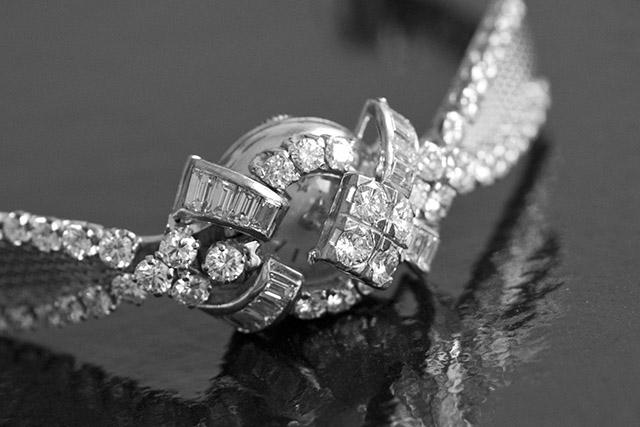 """התכשיט """"שעון סודי"""", שנקרא כך משום ששכבה מצופה 65 יהלומים מסתירה את מחוגיו, נוצר בשנת 1955. צילום: OMEGA SA"""