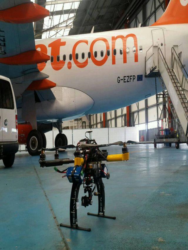 """מזל""""ט ליד מטוס איזי ג'ט. איזי ג'ט. שימוש במזל""""טים לצורכי תחזוקת המטוסים. צילום: איזי ג'ט"""