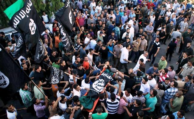 המונים נושאים את גופות המחבלים שיורטו (צילום: GAZA NEWS )