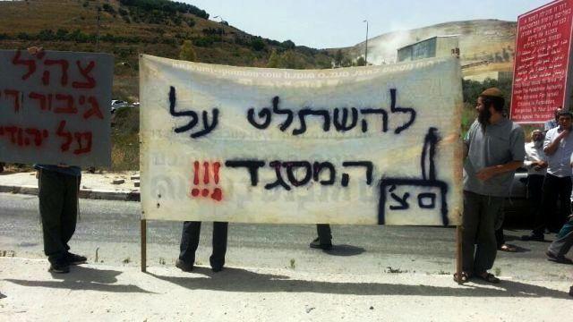 """""""להשתלט על המסגד"""" ו - """"צה""""ל גיבור רק על יהודים"""" (צילום: דוברות מוא""""ז שומרון)"""