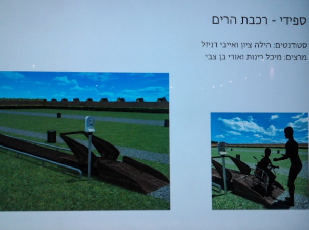 """""""ספידי - רכבת הרים"""". מתקן משחקים לילדים המרותקים לכיסא גלגלים בעיצובן של הילה ציון ואייבי דניזל. מתוך: תערוכת """"באמצע"""", נמל יפו (צילום: אריאלה גויכמן-גארבר)"""