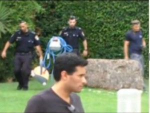 שוטרים יוצאים מאזור הבריכה (צילום מסך)