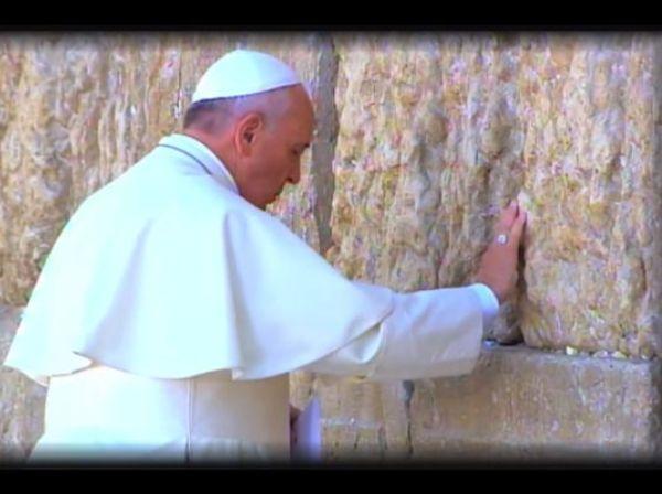 האפיפיור בכותל מתוך סרט יוטיוב באתר הקתולי באנגלית של משרד התיירות