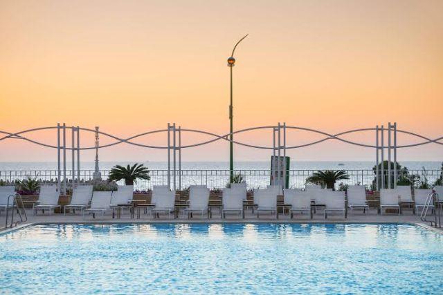 """הבריכה במלון לאונרדו אשקלון של רשת פתאל. אורחים בודדים במלון החדש. (צילום: יח""""צ)"""
