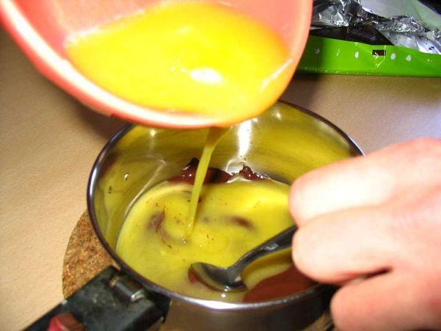 סוד מדינה - לערבב החמאה והשוקולד עם הביצים כשהם חמים (ויקימדיה)