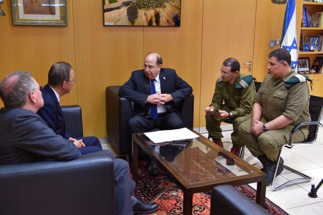 """יעלון: """"במקרים מסוימים בהם היינו צריכים להציל חיילים פצועים, אנו נאלצים להשתמש באש"""" (צילום: אריאל חרמוני\ משרד הביטחון)"""