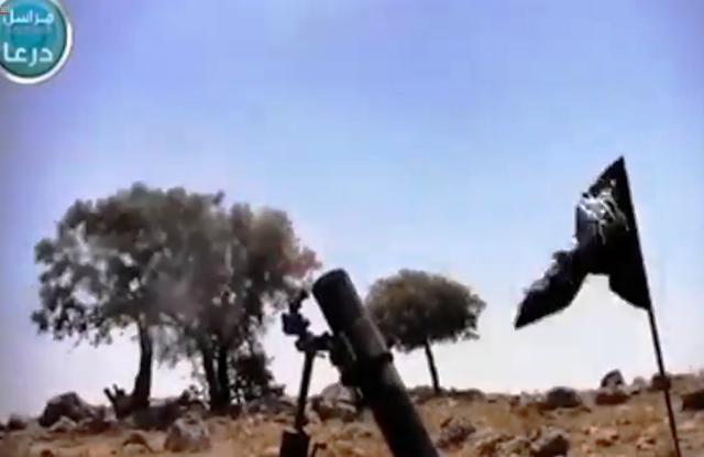 קניטרה היום - דגל הג'יהאד מונף ליד מרגמה של המורדים (צילום מסך)