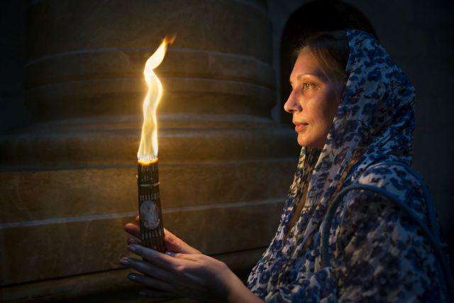 תיירת מתפללת בירושלים. מאות אלפים אחרים ביטלו. (צילום: דפנה טל לאתר משרד התיירות(