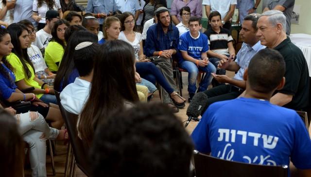 """נתניהו היום, בפגישה עם חברי תנועות נוער בשדרות (צילום: עמוס בן גרשום/לע""""מ)"""