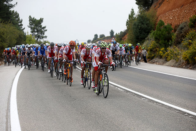 נבחרת פולין בפעולה, מובילה את הדבוקה וקובעת קצב מהיר. צילום: Javier Lizón/EFE
