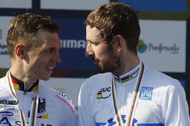טוני מרטין, שלוש פעמים אלוף העולם, מברך את וויגינס על זכייתו השנה. צילום: Rafa Gómez/Ciclismo a Fondo