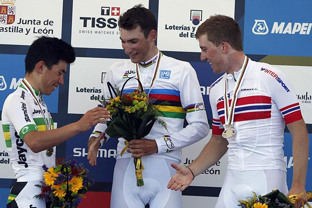 """""""סנדוויץ נורבגי"""" - המנצחים במירוץ הכביש לגברים עד גיל 23: אלוף העולם, הנורבגי סוון אריק ביסטרום; לשמאלו קאלב אוון (אוסטרליה); ולימינו של ביסטרום, בן ארצו קריטופר סקירפינג. צילום: Javier Lizón/EFE"""