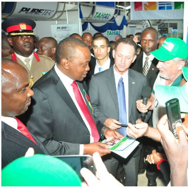 נשיא קניה אויורו קנייתה בעת שביקר בשנה שעברה בביתן הישראלי.