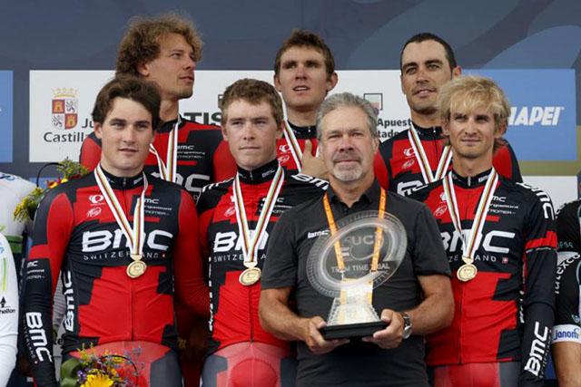 קבוצת BMC - אלופת העולם במירוץ קבוצתי נגד השעון. צילום: Javier Lizón/EFE