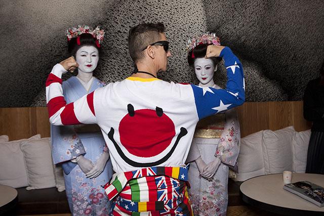 גם הגב של הבגד הייחודי של ג'רמי סקוט שווה צילום. צילום: Ryusuke Hayashi. באדיבות: Karla Otto, Paris