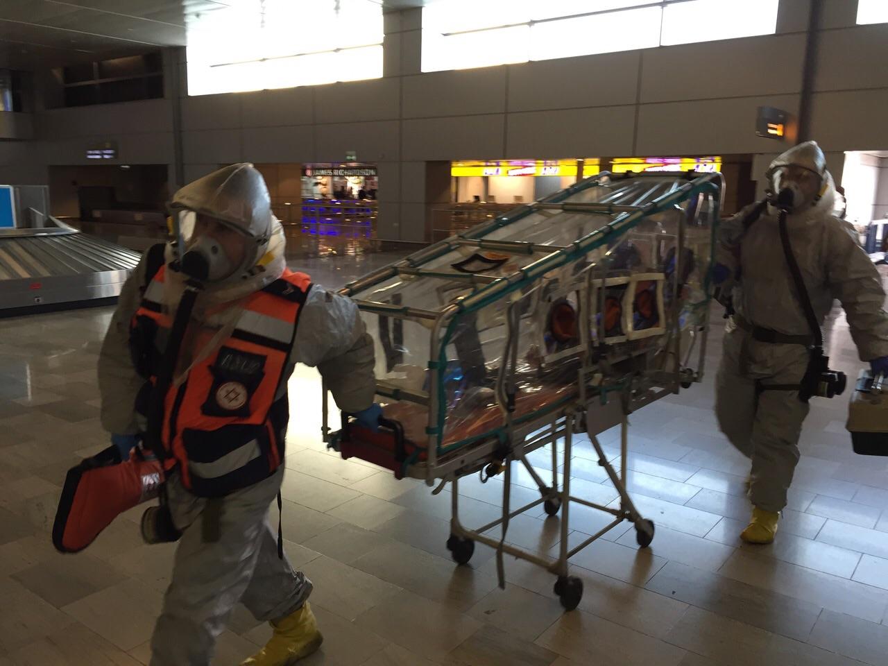 """אלונקה מיוחדת להעברת חשוד במחלת אבולה. צילום: רש""""ת"""