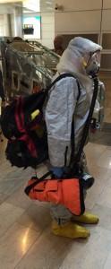 """ציוד בידוד אישי של המטפלים בנשאי אבולה. צילום: רש""""ת"""