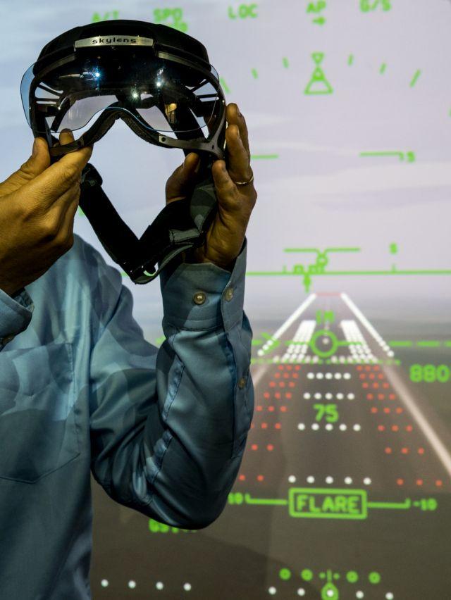 מערכת סקיילנס, דמויית משקפים, על רקע נתוני טיסה, המוצגים בה. צילום: אלביט מערכות