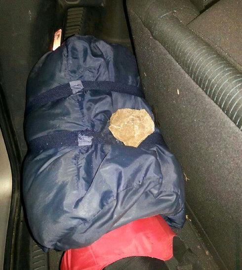 """רכב הותקף באבנים - אבן ניפצה שמשות וחדרה לרכב (צילום: ביטחון מוא""""ז שומרון)"""