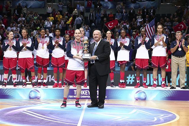 """הוראסיו מורטורה, נשיא פיב""""א מעניק את הגביע לסו בירד, קפטיין נבחרת ארה""""ב - אלופת העולם. אליפות העולם בכדורסל נשים התקיימה לפני חודש וחצי בטורקיה. צילום: fiba.com"""