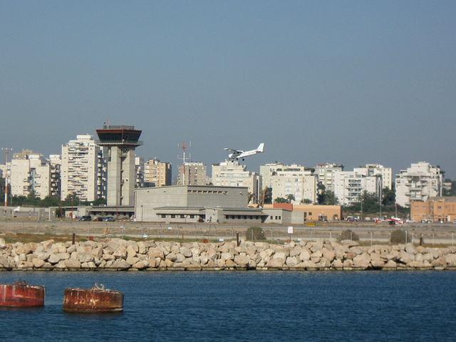 שדה דב במבט מהים. צילום אורי ויקיפדיה