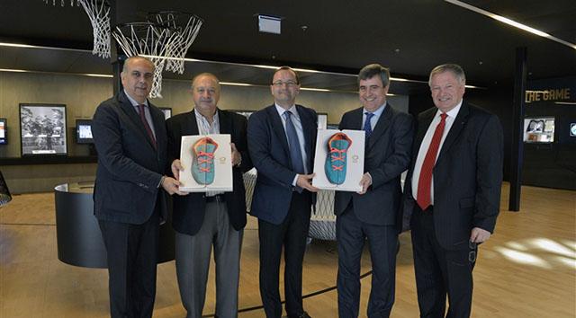 """משמאל לימין: חוזה לואיס סאאז, נשיא איגוד הכדורסל בספרד; הוראסיו מוראטורה, נשיא פיב""""א; פטריק באומן, מזכ""""ל פיב""""א; מיגל קרדינל, שר הספורט הספרדי; איבן מאניני, נשיא פיב""""א לשם כבוד. צילום: fiba.com"""