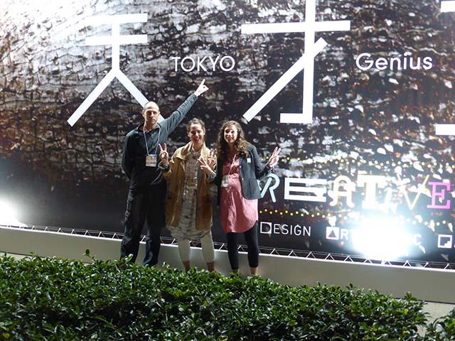 """בצלאל ביפן. מימין לשמאל: אוצרות התערוכה - ניצן דבי וליאורה רוזין, והמעצב דב גנשרוא, מרצה במחלקה לעיצוב תעשייתי בבצלאל. צילום: יח""""ץ"""