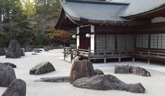 גן סלעים יפני טיפוסי סביב מקדש שינטו. צילום: עודד אהל