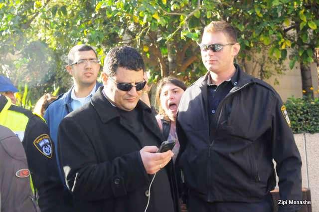 צפה בפינוי כשהוא מאובטח בידי המשטרה - נציג משפחת כוזהינוף (צילום: ציפי מנשה)