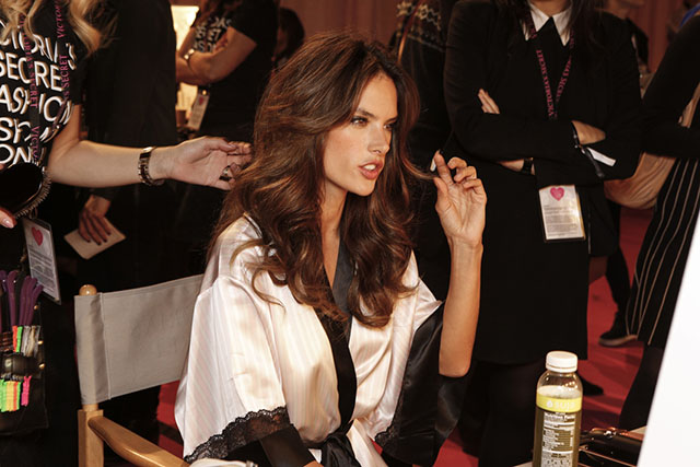 מאחורי הקלעים: אלסנדרה אמברוסיו מתכוננת לתצוגת האופנה. צילום: Victoria's Secret
