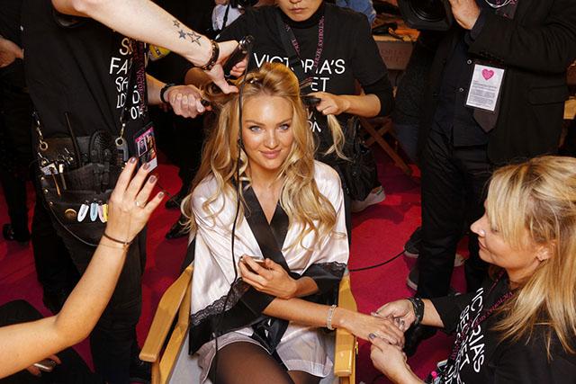 מאחורי הקלעים: קנדיס סוונפול מתכוננת לתצוגת האופנה. צילום: Victoria's Secret
