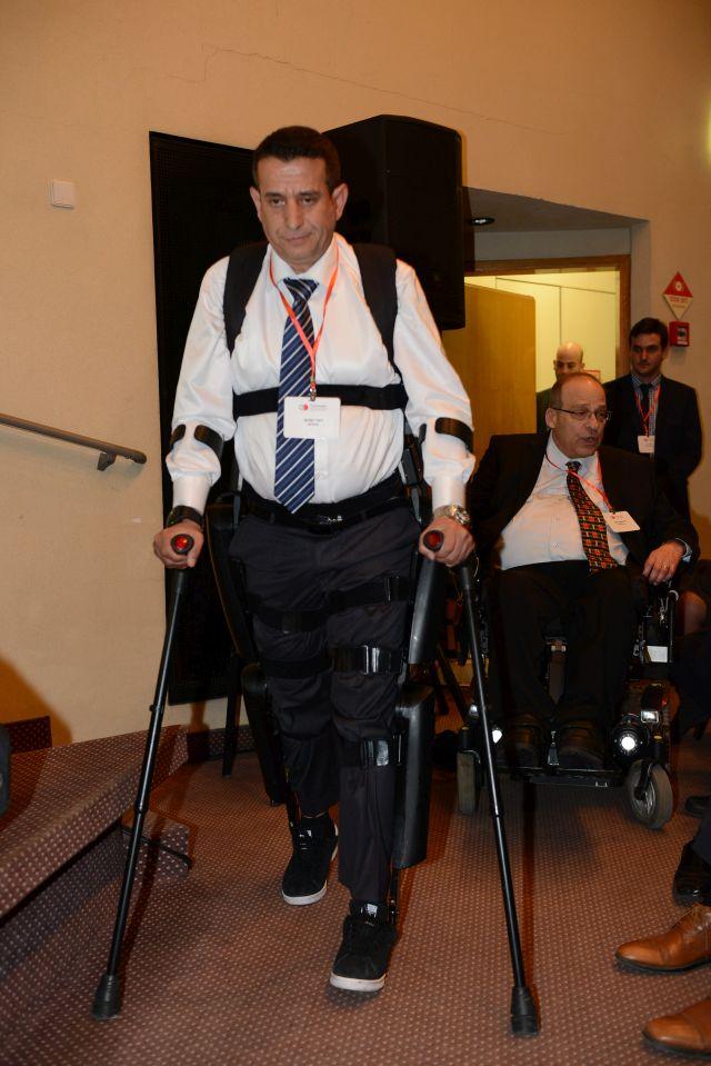 ראדי כיוף, נושא על גופו את המכשיר המאפשר לו לקום מכסא הגלגלים וללכת על רגליו למרות השיתוק. (צילום: אלעד גוטמן)