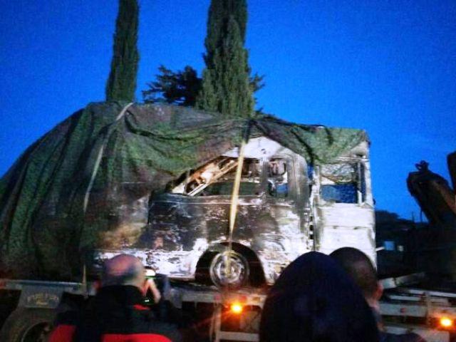 הרכב השרוף מובל מהשטח (צילום: חדשות לפני כולם)