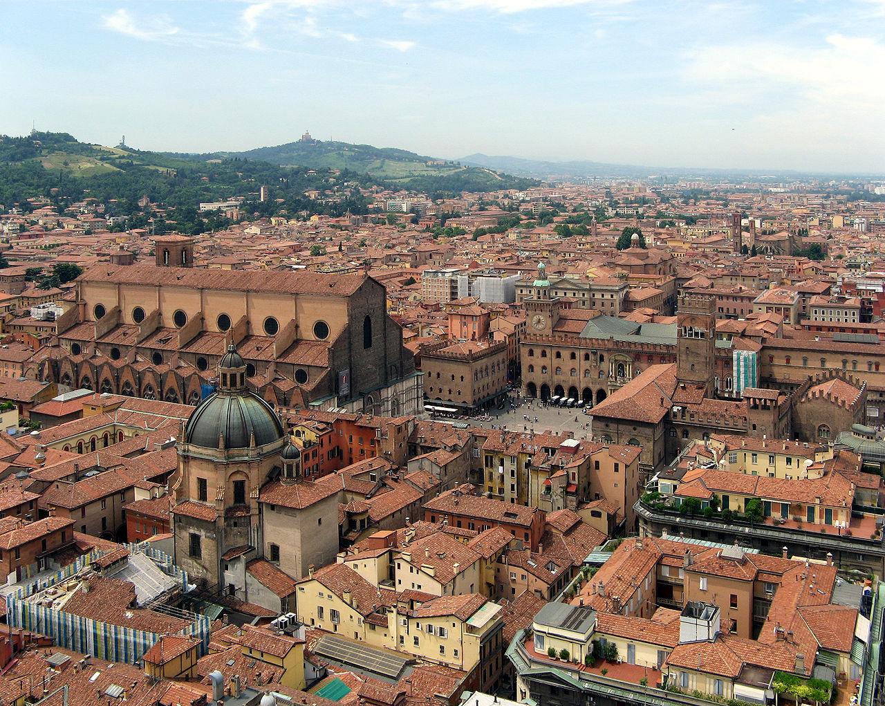 בולוניה באיטליה, מהיעדים החדשים של ארקיע. מהווה בסיס לטיולים בריביירה האיטלקית ובאזור טוסקנה. (צילום: ויקיפדיה)
