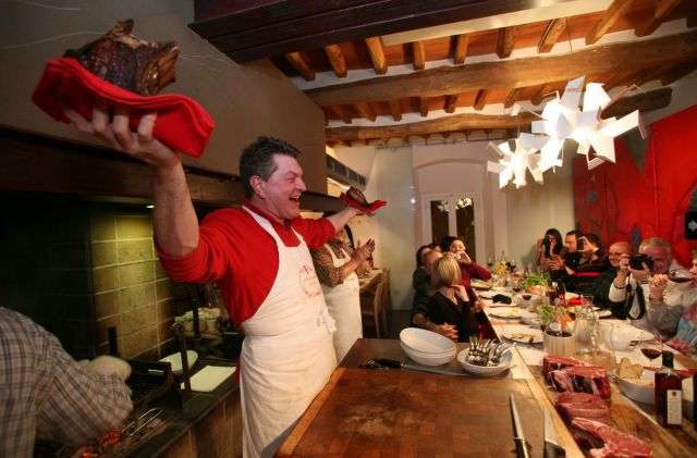 דאריו צ'קיני, עם ניסיון של כ-40 שנה במיומנות חיתוך בשר ושם שהולך לפניו, באחת ממסעדותיו.