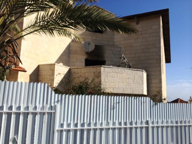 המבנה בפסגת זאב שיעודו שונה וחולק ל3 דירות קטנות (צילומים: דוברות כיבוי והצלה ירושלים)