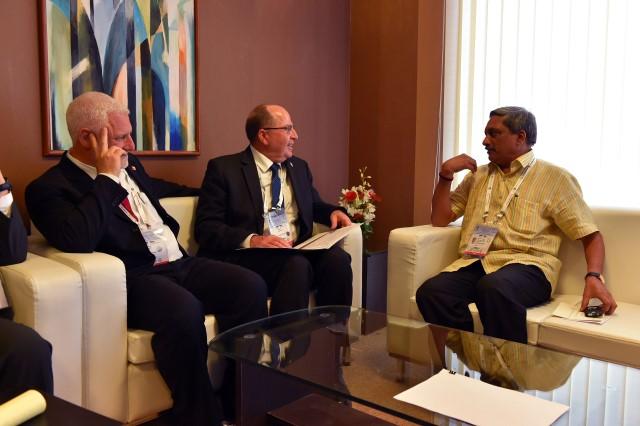 פגישת שר הביטחון עם שר ההגנה ההודי, מנוהאר פריקאר (צילום: אריאל חרמוני/משרד הביטחון)