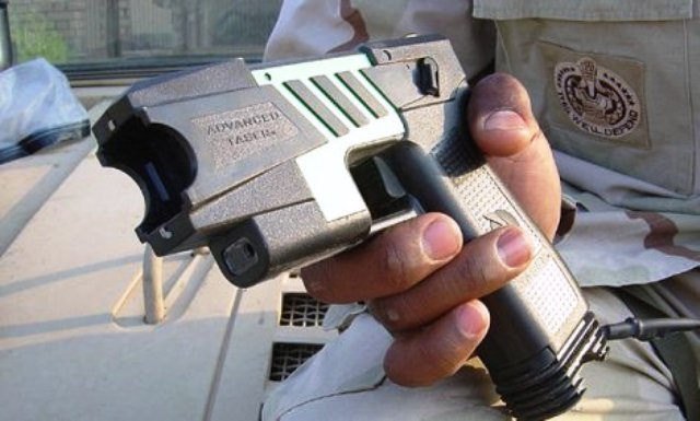 אקדח הטייזר (צילום: וויקיפדיה)