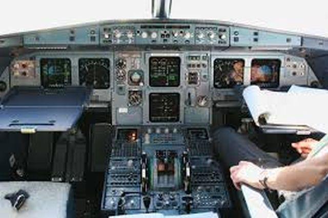 תא הטייסים במטוס איירבס A320. מצד ימין יושב טייס המשנה