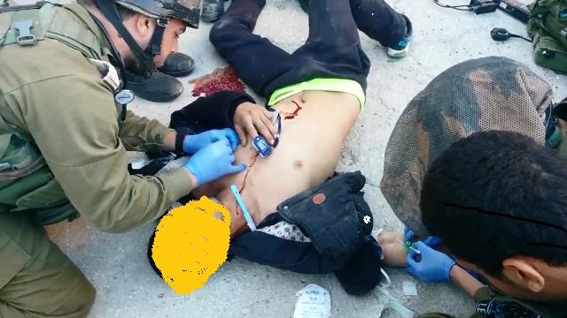 צוות רפואי מטפל במחבל אך מותו נקבע במקום (צילום מסך)