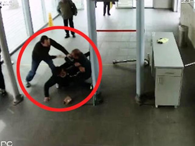 """רמב""""ם - המאבטח מותקף בידי מבקר שהתבקש להזדהות (צילום מתוך סרטון מצלמות האבטחה)"""
