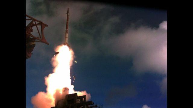"""הטיל המיירט של מערכת """"שרביט קסמים"""" משוגר לעבר המטרה. צילום: דוברות משרד הביטחון"""
