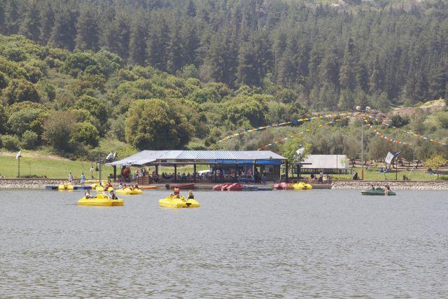 אגם המונפורט על רקע החורש הטבעי של האזור