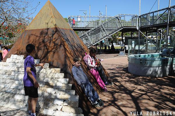 פירמידות. ואפשר להדביק אבנים.   צילום: יולה זובריצקי