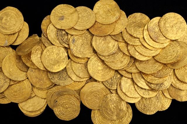 דינארים ורבעי דינארים באוצר הזהב מקיסריה (צילום: קלרה עמית (רשות העתיקות)