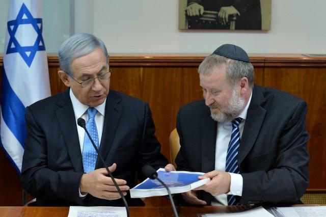 """נתניהו מקבל את הדו""""ח ממזכיר הממשלה, אביחי מנדלבליט (צילום: קובי גדעון/לע""""מ)"""