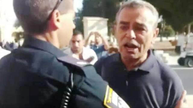 """ח""""כ זחאלקה מתעמת עם השוטרים (צילום מסך)"""