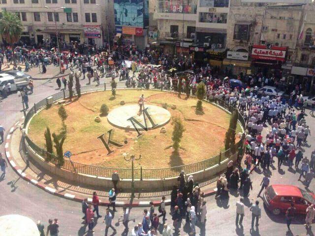רמאלה - צעדת הזדהות עם אל-אקצה ויריות חמושים באוויר (צילום: תקשורת ערבית)