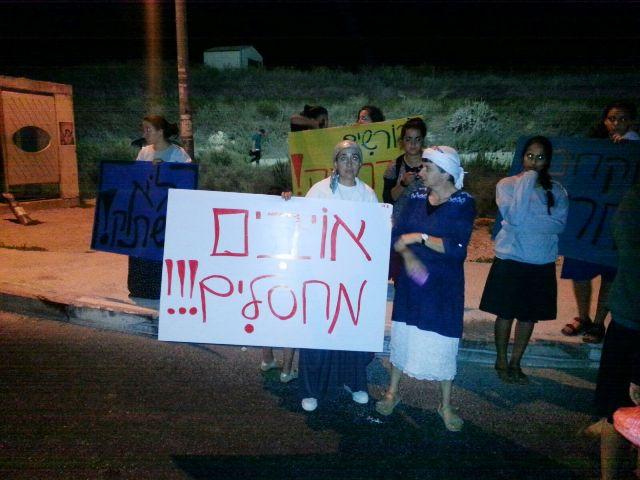 תושבי יצהר מפגינים בצומת יצהר (צילום: טובי עזרי דוברות יצהר)