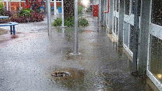 בתחילה זה היה רק גשם עז (צילום: דוברות עיריית אשקלון )